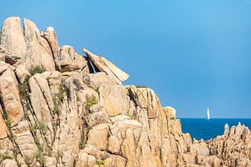 Felsen mit Segelboot an der Küste in der Bretagne von
