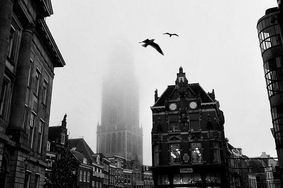 Domtoren Utrecht met vogels in de mist van Patrick van den Hurk