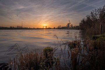 Molen de Vrijheid aan rivier de Linge bij zonsopkomst van Moetwil en van Dijk - Fotografie