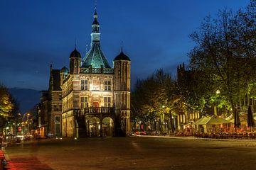 De Waag Deventer bij avond van Han Kedde