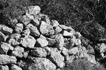 Steinmauer schwarz weiß von Jadzia Klimkiewicz