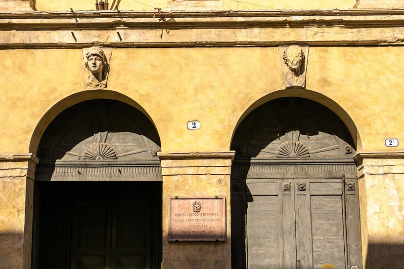 Deuren met bogen in Verona, Italië van Paul van Putten