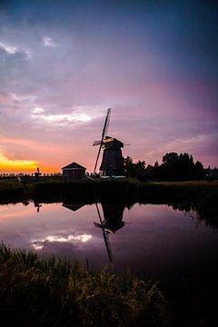 Sonnenuntergang auf einem Deich in Westfriesland mit einer Windmühle im Hintergrund von Lindy Schenk-Smit