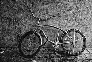 Afgedankte kapotte fiets zonder zadel van