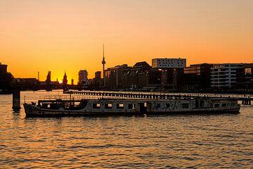 Berliner Skyline Mediaspree mit Schriffswrack