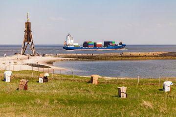 Kugelbake und Containerschiff in Cuxhaven von Werner Dieterich