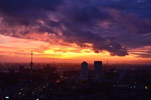Helder rode, oranje en donkere wolken boven Rotterdam
