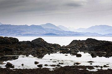 Küste bei Armadale auf der Isle of Skye mit den schottischen Highlands im Hintergrund von gaps photography