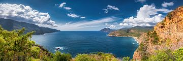 Kustlandschap van het eiland Corsica in de Middellandse Zee. Panoramafoto. van Fine Art Fotografie