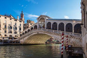 Gezicht op de Rialtobrug in Venetië van Rico Ködder