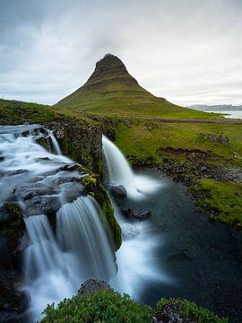 Waterval en de Kirkjufell berg op het Snaefellsnes schiereiland, IJsland van Teun Janssen