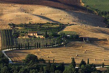 Boerenhoeve nabij Monticchielo Toscane van Dennis Wierenga