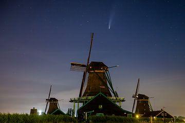 la comète s'élève au-dessus des moulins zaanse schans sur Ralph Jaspers
