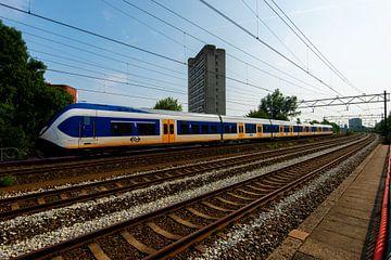 Het Nederlandse spoor met trein bij Utrecht van Kaj Hendriks