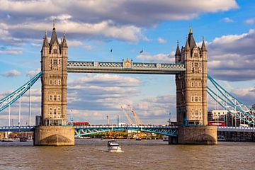 Tower Bridge 01 van Angela Dölling