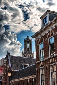 Donkere wolken bedreigen de Utrechtse Domtoren. van Margreet van Beusichem