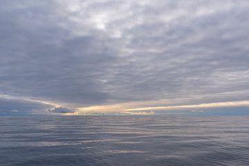 Rustgevend zeelandschap in de buurt van Spitsbergen von Sven Scraeyen