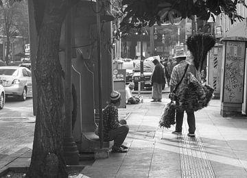 Zwei Männer in Bangkok unterhalten sich von Bart van Lier