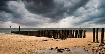 Donkere wolken boven Zoutelande strand van Marjolein van Middelkoop