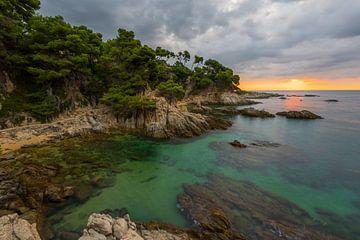 Zonsopgang over de Middellandse Zee aan de Costa Brava met prachtige baai van Robert Ruidl