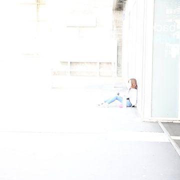 Sitzende junge Frau von Heike Hultsch