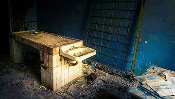 Obduktionstisch im Krankenhaus der Geisterstadt Prypjat von Robert Ruidl