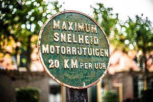 Sfeervol ontwerp van verkeersteken in Hollands dorp