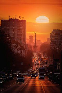 Berlin: Sonnenaufgang hinter der Siegessäule von Salke Hartung