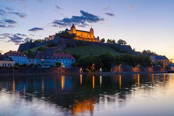 Vesting Marienberg in de avond, Würzburg van Jan Schuler