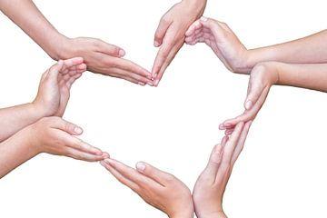 Veel handen van meisjes vormen hart van Ben Schonewille