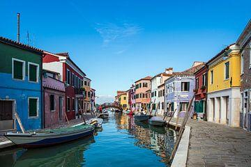 Bunte Gebäude auf der Insel Burano bei Venedig, Italien von Rico Ködder