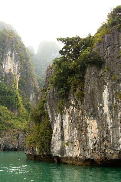Ha Long Bay, Vietnam van Gijs de Kruijf