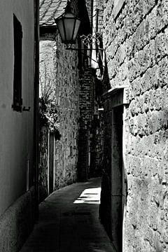 Schmale Straße in Omis. von Tuur Wouters