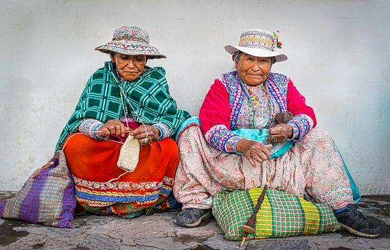 Twee handwerkende vrouwen in klederdracht in Chivay,  Peru