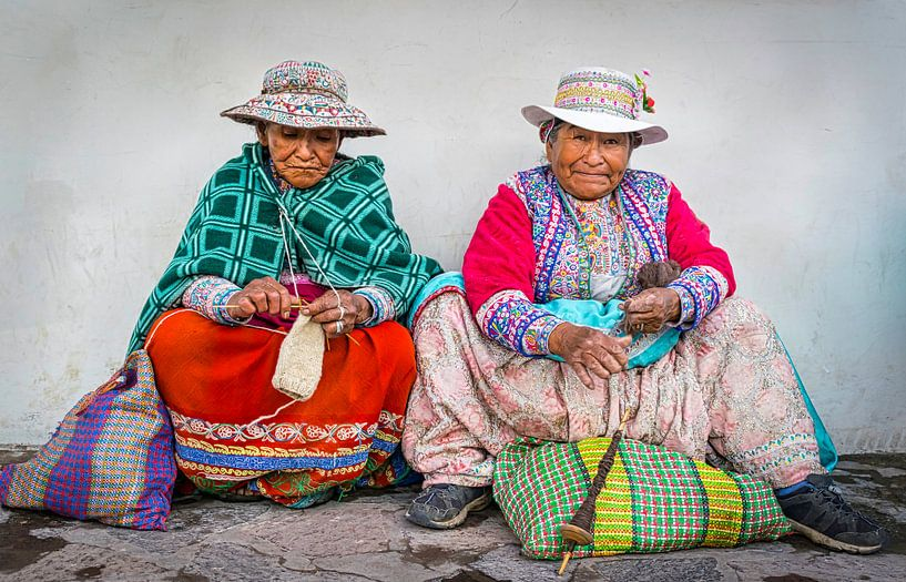 Twee handwerkende vrouwen in klederdracht in Chivay,  Peru van Rietje Bulthuis