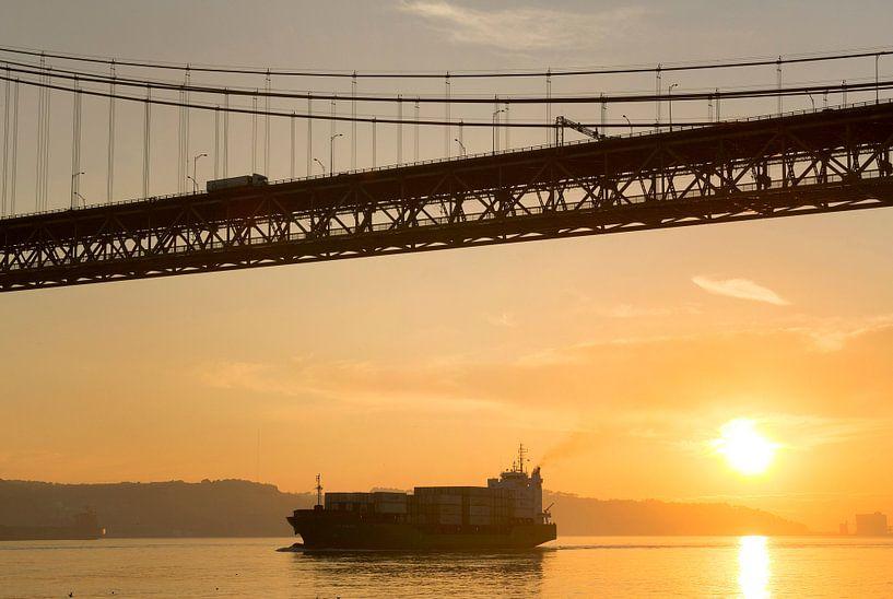Portugal 25 april brug in Lissabon. van Luuk van der Lee