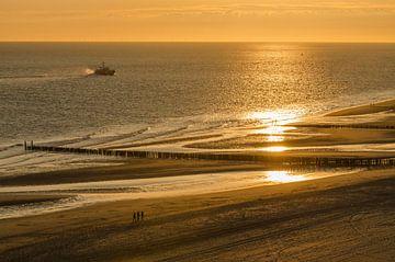Wandelen op het strand bij zonsondergang van Tonko Oosterink