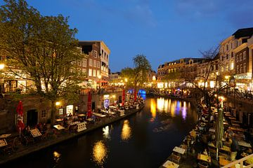 De Oudegracht in Utrecht tussen de Jansbrug en de Bakkerbrug (2) van Donker Utrecht
