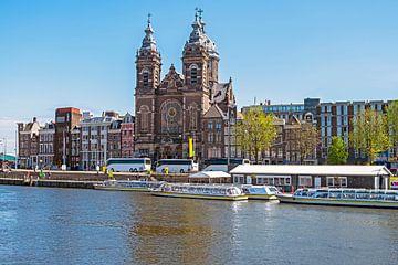 Stadsgezicht in Amsterdam met de St. Niklaas kerk van Nisangha Masselink