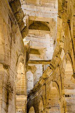Gewölbe im römischen Amphitheater von Nimes von Dieter Walther