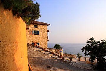 Griechisches Haus mit Meerblick von Bobsphotography