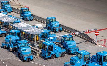 Transport wagentjes op Amsterdam Schiphol Airport van