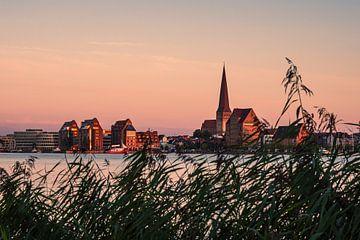 Vue sur la Warnow jusqu'à la ville hanséatique de Rostock en soirée sur Rico Ködder