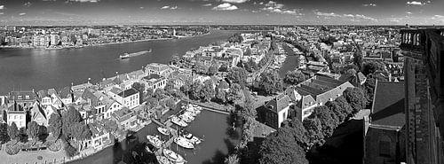 Oude centrum Dordrecht gezien vanaf Grote Kerk zwart/wit van