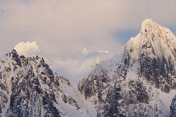 la lumière du soleil sur les montagnes sur Hetwie van der Putten