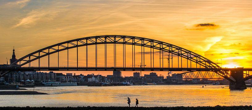 Waalbrug zonsondergang van Mario Visser