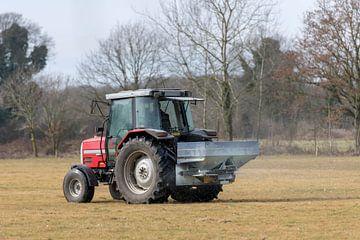 Rode tractor met automatische kalkspreider van Tonko Oosterink