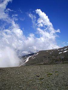 Witte wolken in Sierra Nevada (Spanje)