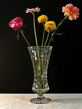 Foto van een stilleven met bloemen. van Therese Brals