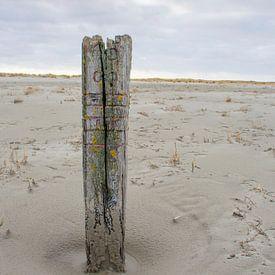Strandpaal op de Balg, strand van Waddeneiland en Nationaal Park Schiermonnikoog. van Margreet Frowijn
